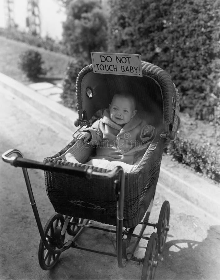 Baby mit dem Zeichensagen berühren nicht Baby (alle dargestellten Personen sind nicht längeres lebendes und kein Zustand existier stockfotografie