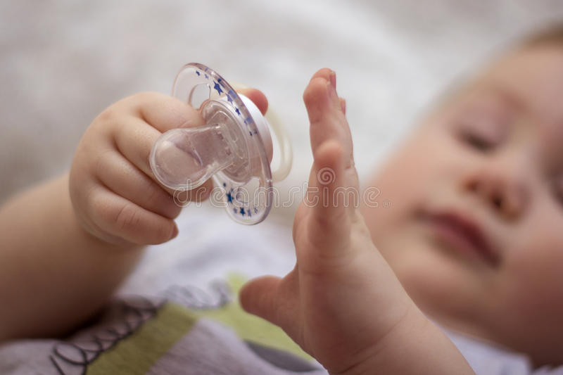 Baby mit einem Nippel lizenzfreie stockbilder