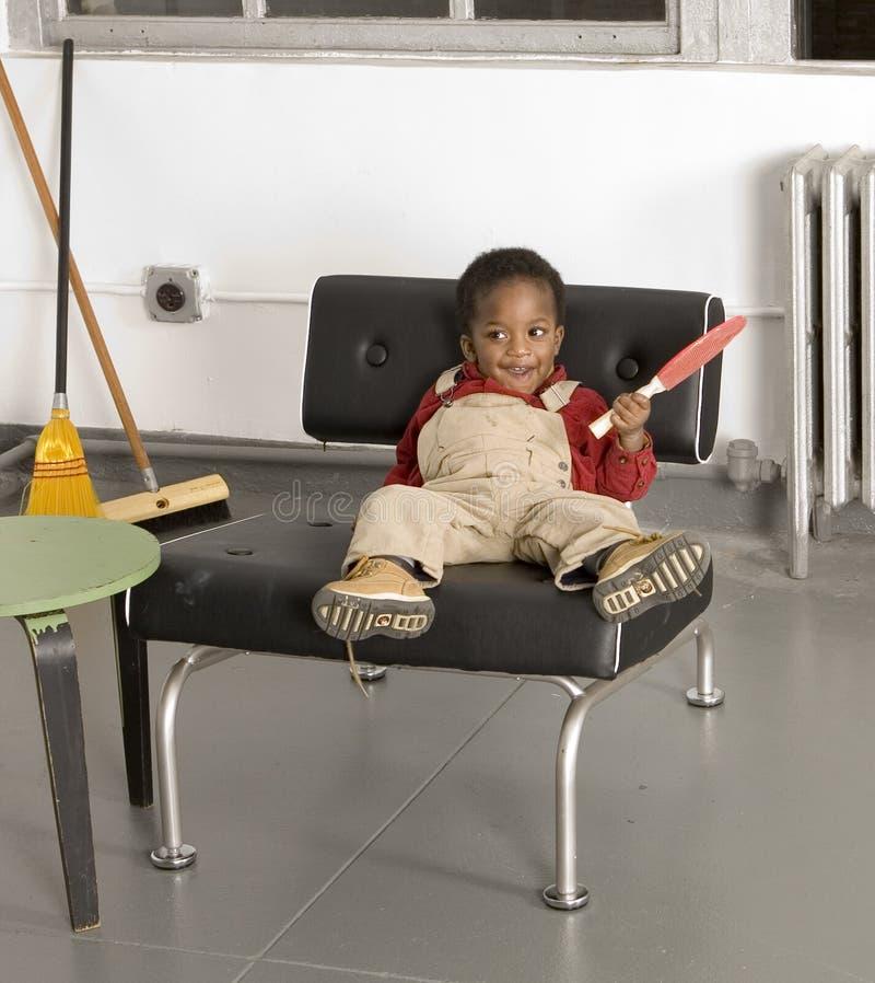 Baby mit einem Schläger lizenzfreie stockbilder