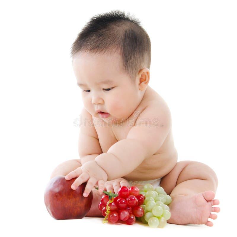 Baby mit Früchten lizenzfreies stockfoto