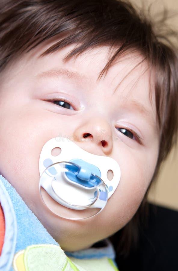 Baby mit Friedensstifter lizenzfreies stockbild