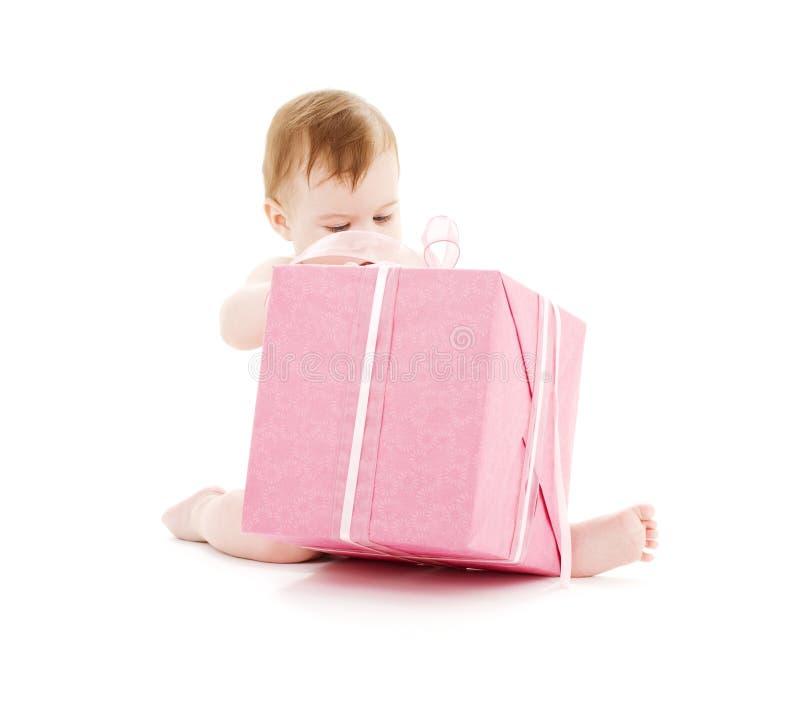 Baby mit großem Geschenkkasten stockfoto