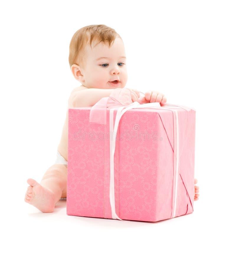 Baby mit großem Geschenkkasten stockbild