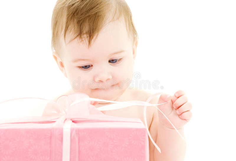 Baby mit großem Geschenkkasten stockbilder