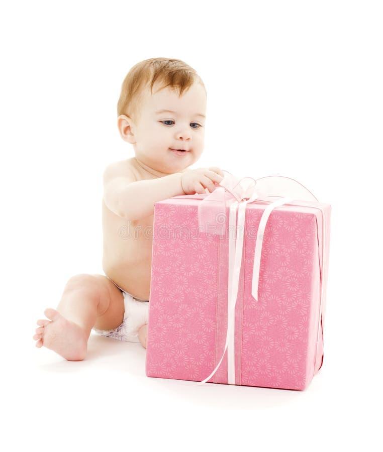 Baby mit großem Geschenkkasten stockfotos