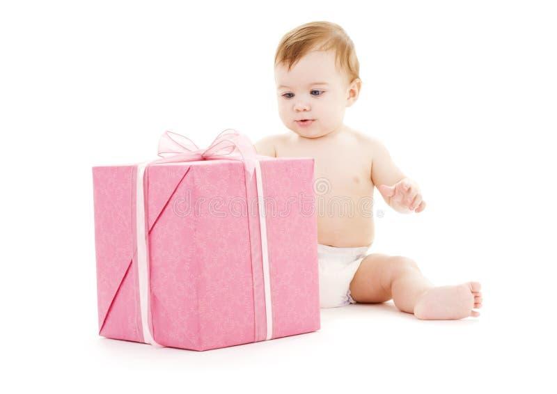 Baby mit großem Geschenkkasten lizenzfreies stockfoto
