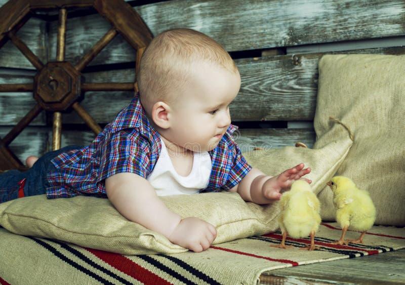 Baby mit Huhn lizenzfreie stockbilder