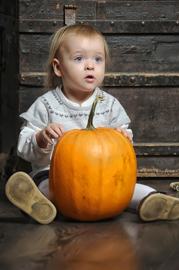 Baby mit Kürbisen lizenzfreie stockfotos