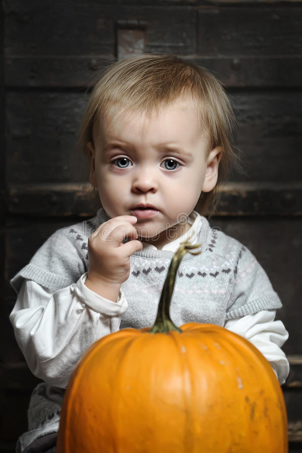 Baby mit Kürbisen lizenzfreies stockfoto