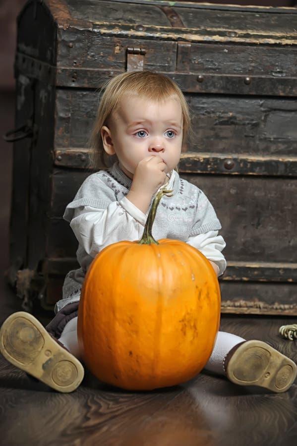 Baby mit Kürbisen lizenzfreies stockbild