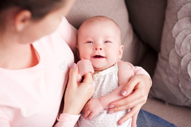 Baby mit Mutter lizenzfreies stockfoto