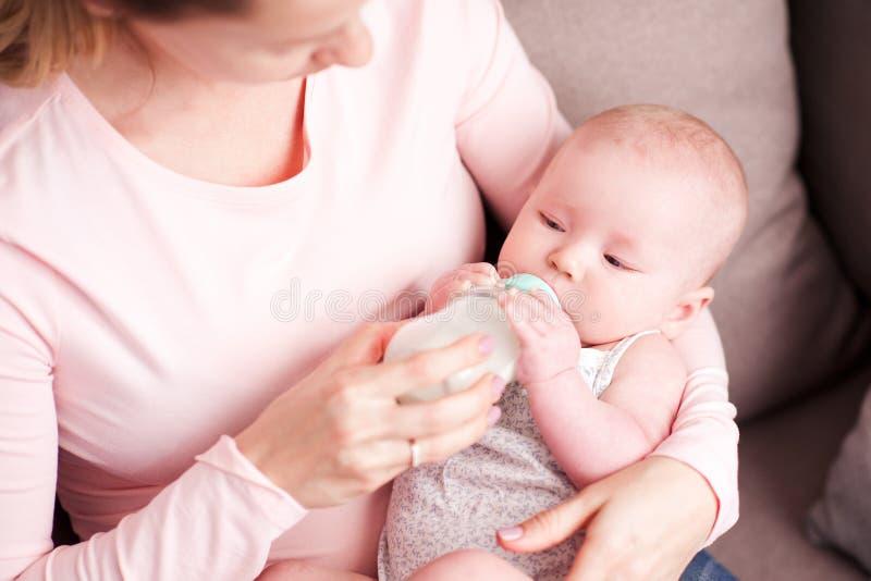 Baby mit Mutter lizenzfreie stockfotografie
