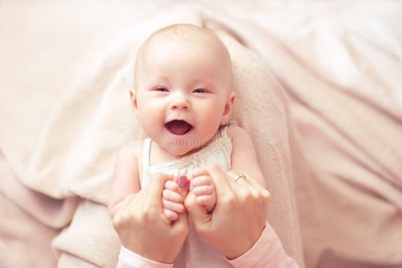 Baby mit Mutter lizenzfreies stockbild