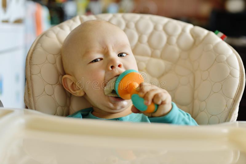Baby mit Nibbler lizenzfreie stockfotos