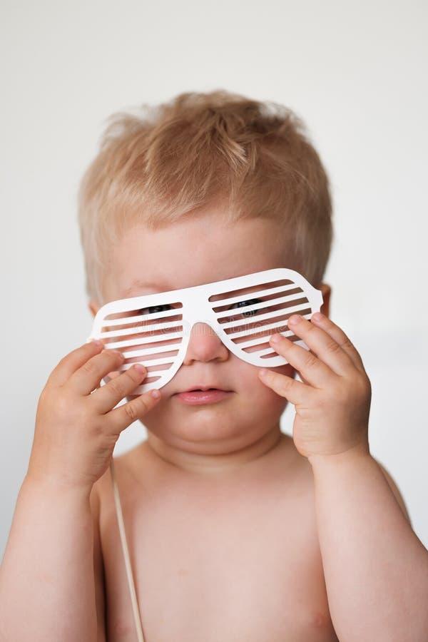 Baby mit Papiergläsern lizenzfreies stockbild