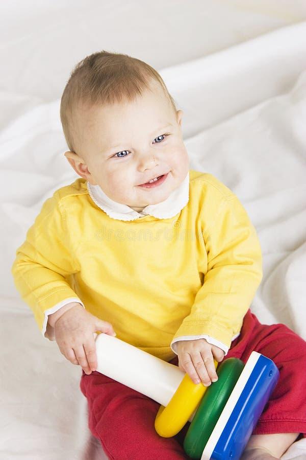 Baby mit Spielzeug lizenzfreie stockfotos