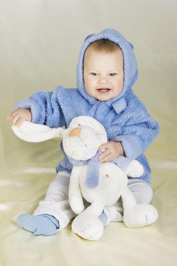 Baby mit Spielzeug lizenzfreies stockfoto