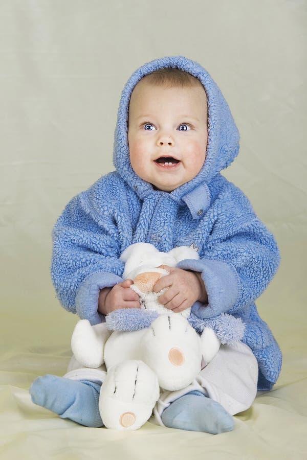 Baby mit Spielzeug stockfoto