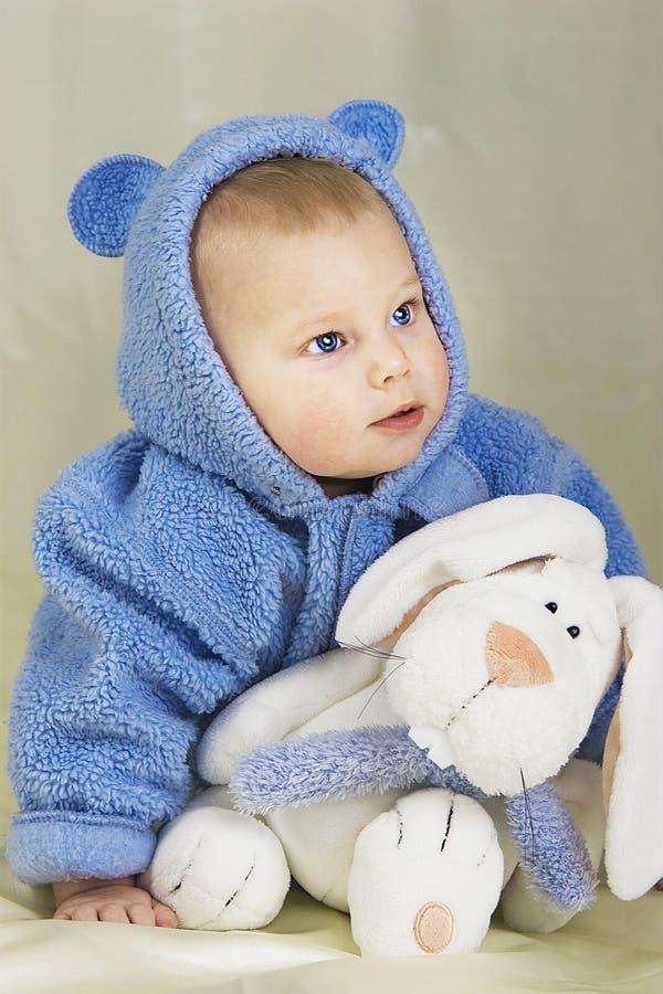 Baby mit Spielzeug lizenzfreie stockfotografie