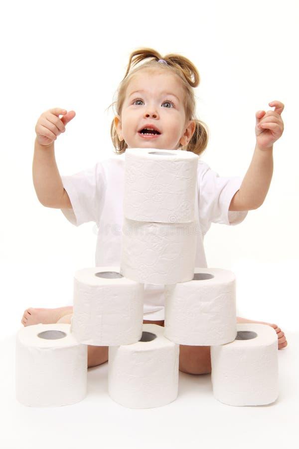 Baby mit Toilettenpapier lizenzfreies stockbild