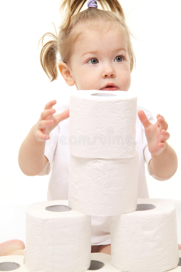 Baby mit Toilettenpapier stockfotografie