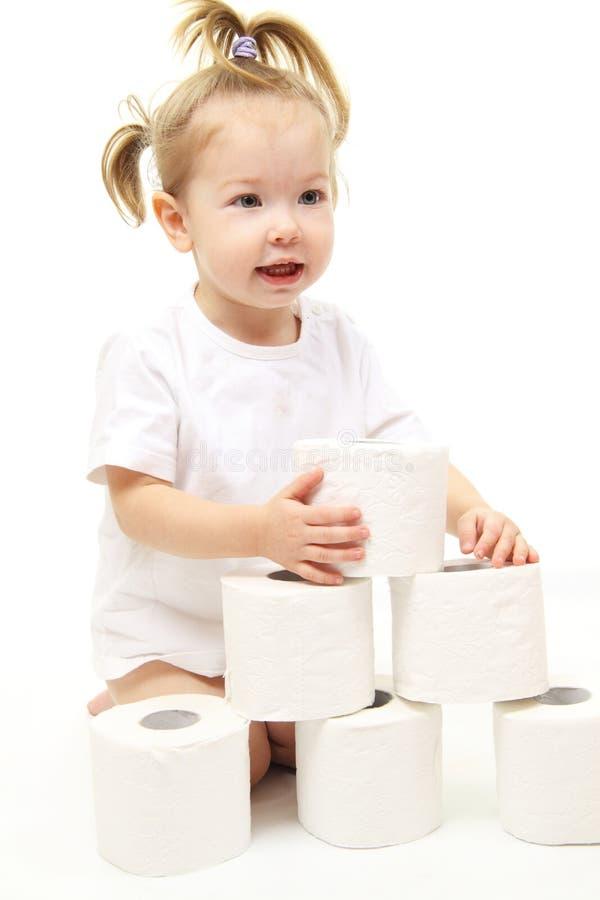 Baby mit Toilettenpapier stockfoto