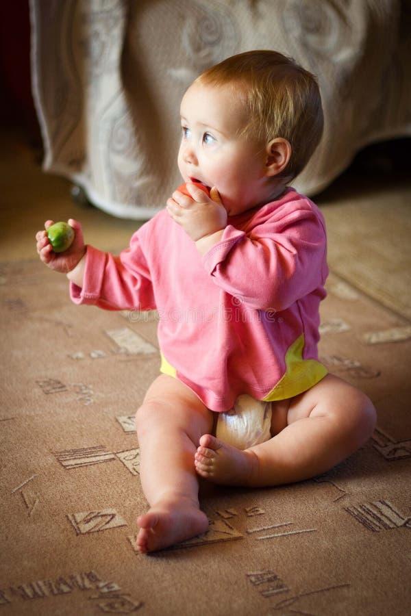 Baby mit Tomate stockfotografie