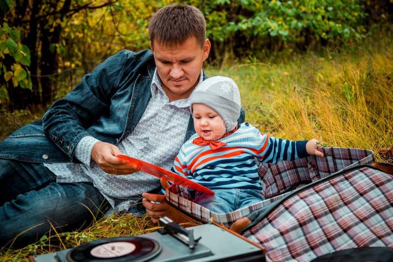 Baby mit Vati im Park im Herbst lizenzfreies stockbild