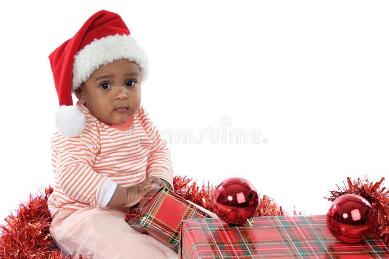 Baby mit Weihnachtsgeschenken lizenzfreie stockfotos