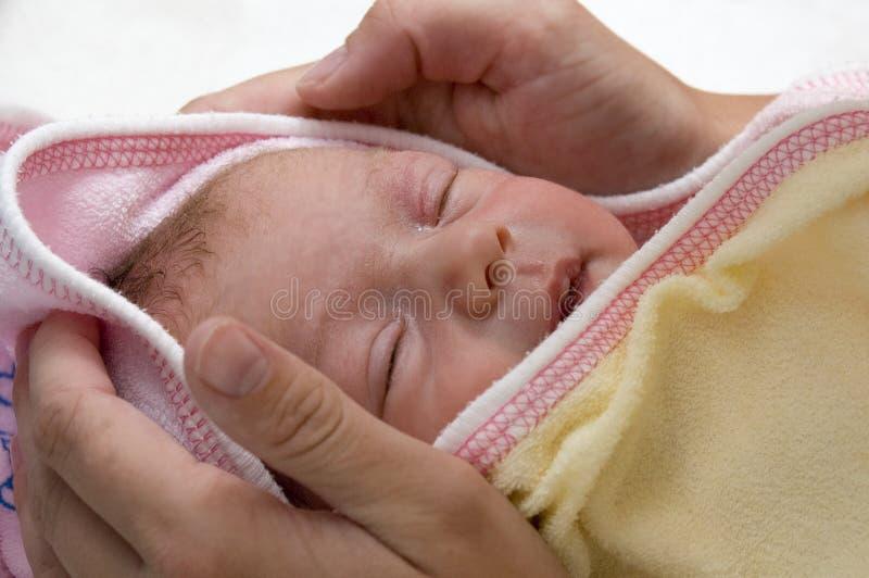 Baby na bad het draying royalty-vrije stock afbeeldingen