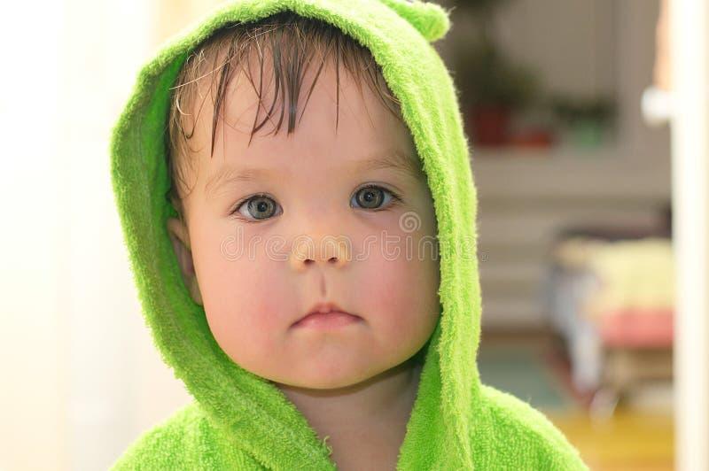 Baby na bad portarit in badjas stock afbeeldingen