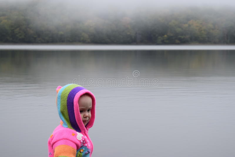 Baby am nebeligen See lizenzfreies stockbild