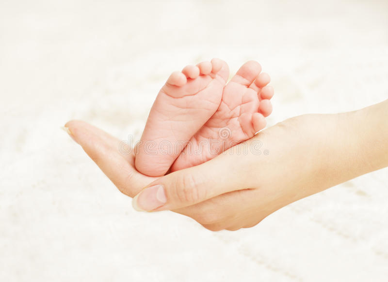 Baby-neugeborene Fuß-Mutter-Hände Neugeborener Kinderfuß, Familien-Liebe stockbild