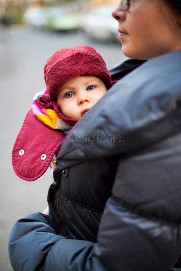 Baby oben zusammengerollt für Winter lizenzfreie stockbilder