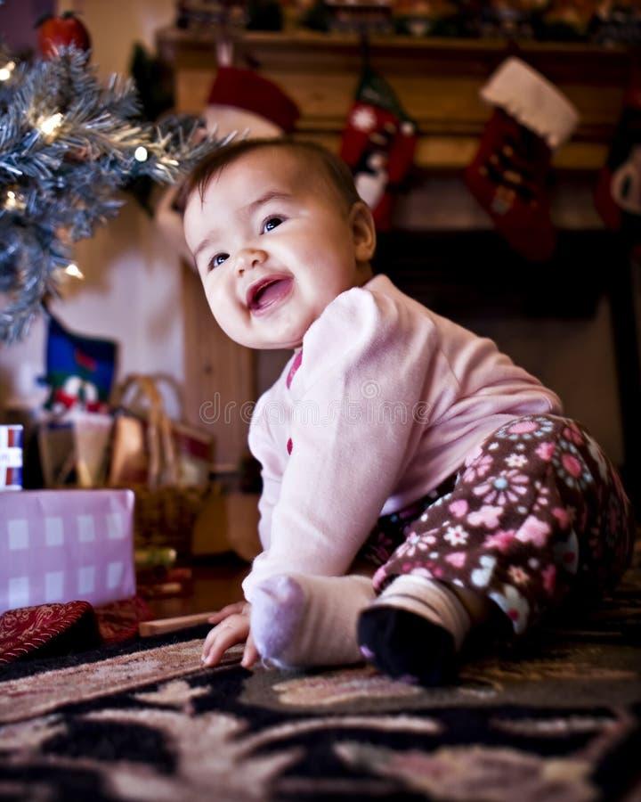 Baby onder Kerstboom royalty-vrije stock foto