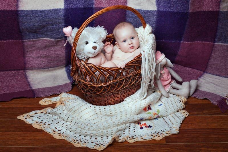 Baby onder speelgoed stock foto