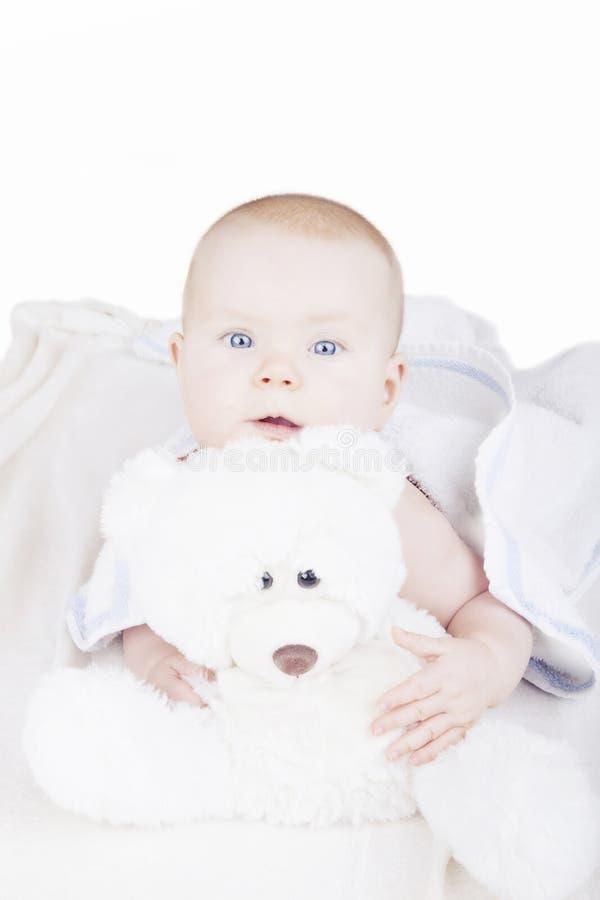 Baby op bed stock foto