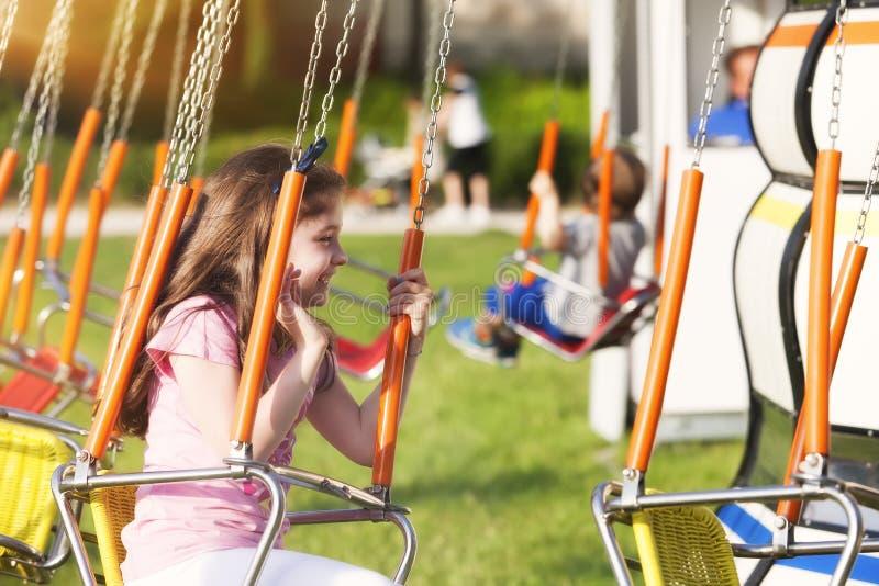 Baby op carrousel stock afbeelding