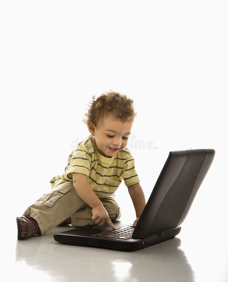 Baby op computer. royalty-vrije stock afbeeldingen