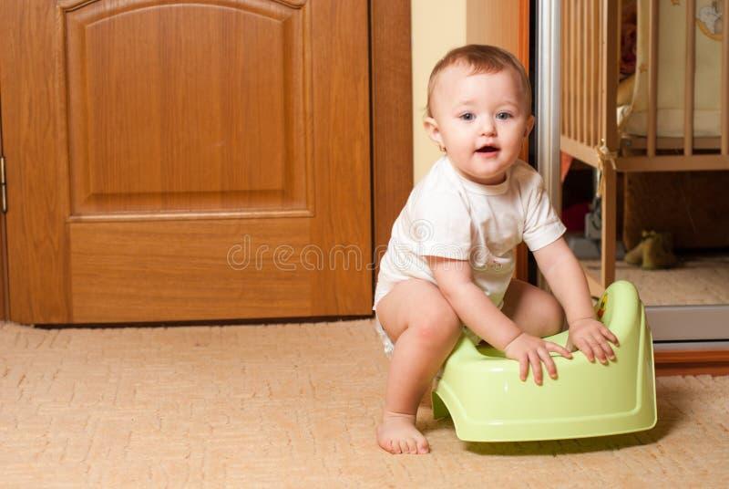 Baby op de pot royalty-vrije stock afbeeldingen