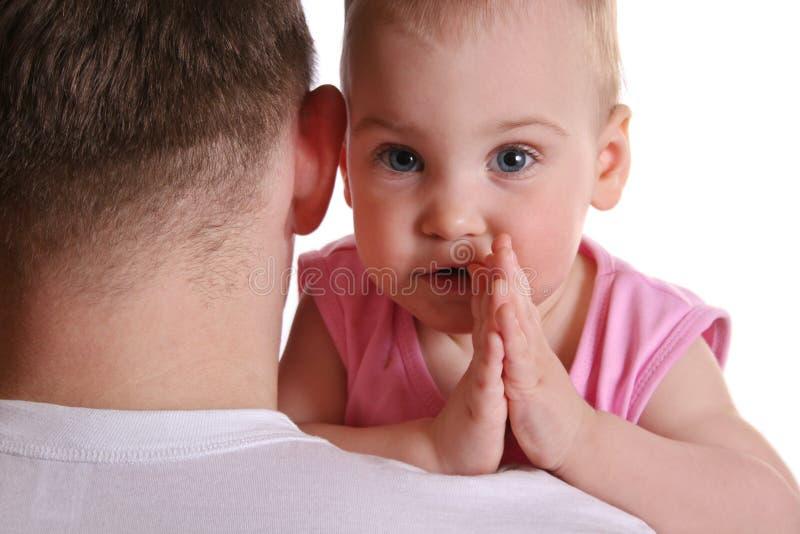 Baby op de schouder van de vader stock fotografie