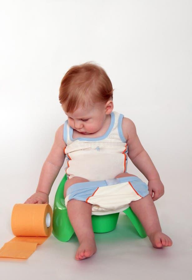 Baby op een pot stock foto's