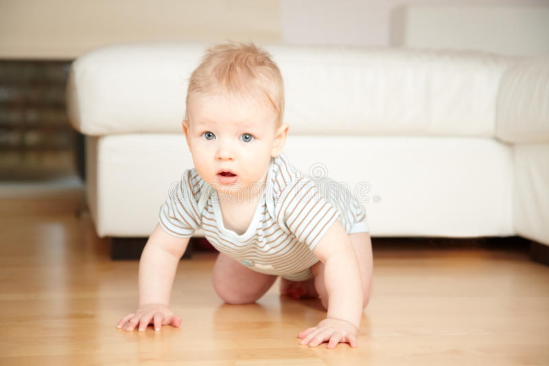 Baby op een vloer stock foto