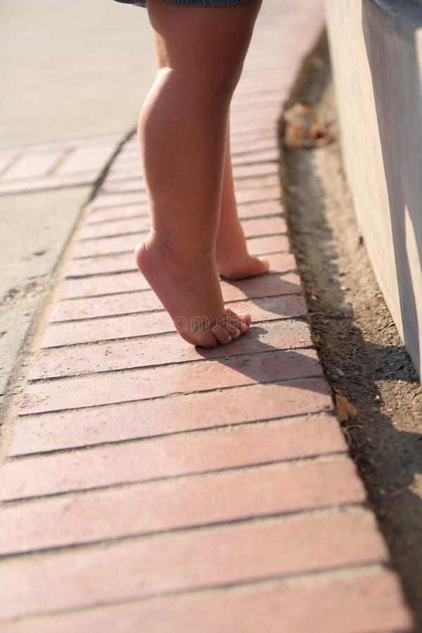 Baby op haar tippy tenen royalty-vrije stock fotografie