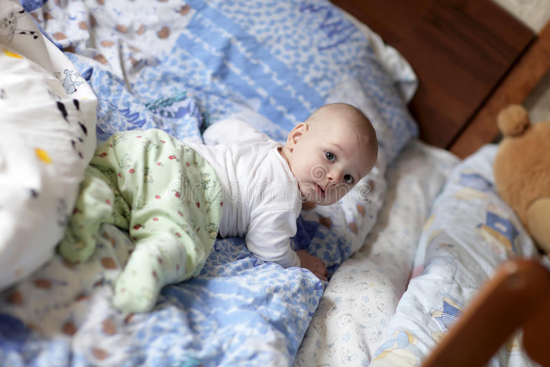 Baby op het bed van ouders royalty-vrije stock foto