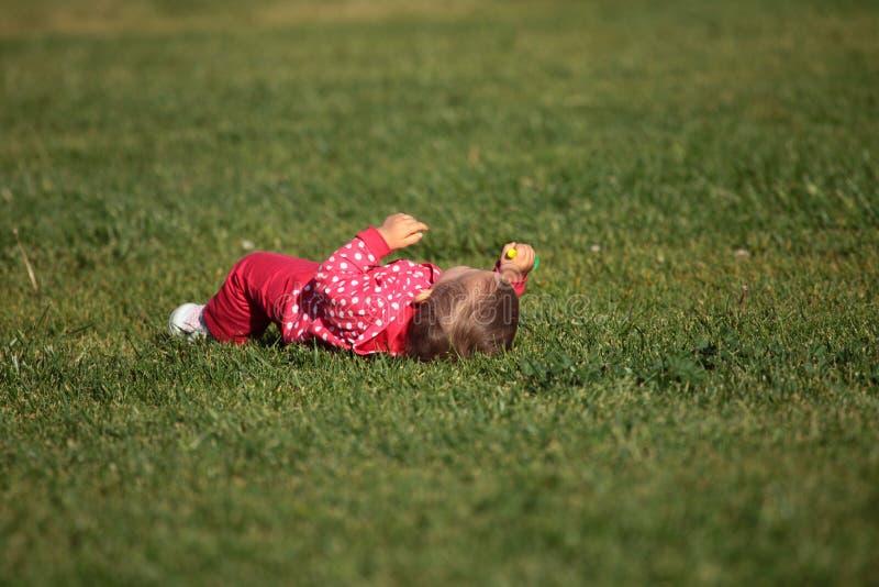 Baby op het gras royalty-vrije stock afbeelding