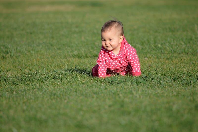 Baby op het gras royalty-vrije stock afbeeldingen