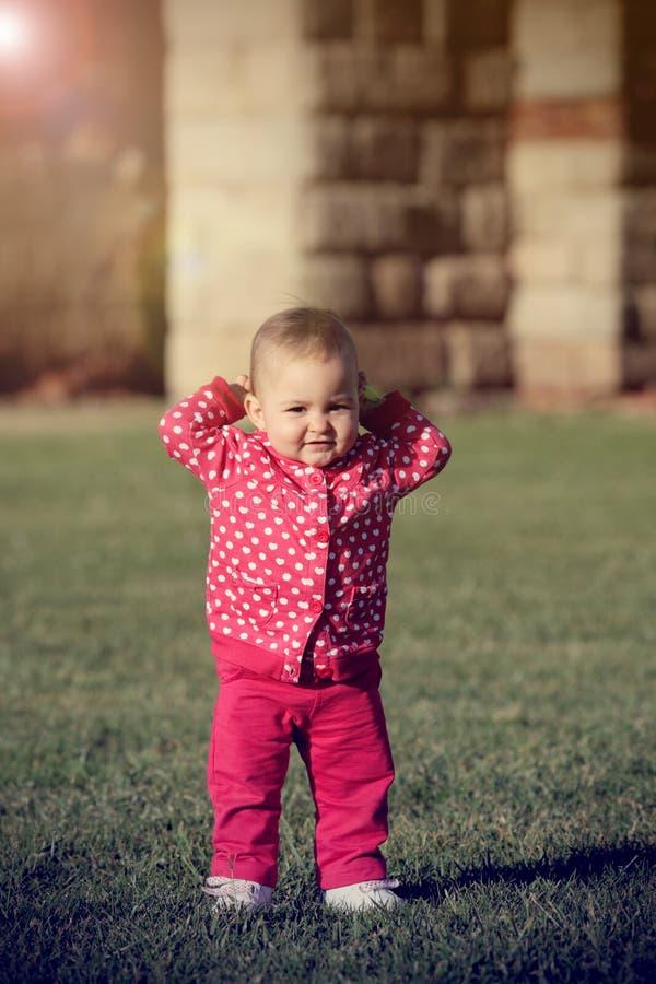 Baby op het gras stock fotografie