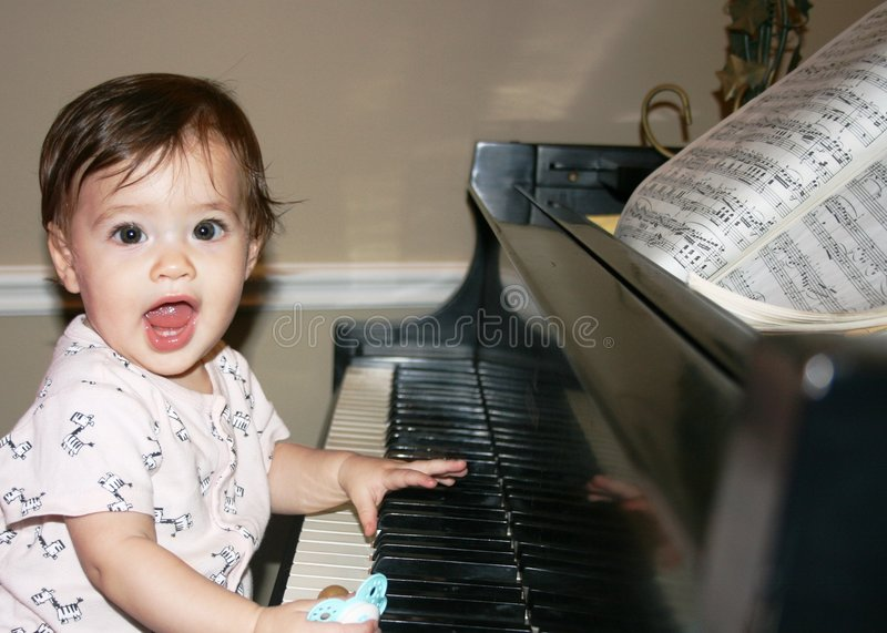 Baby op Piano stock foto