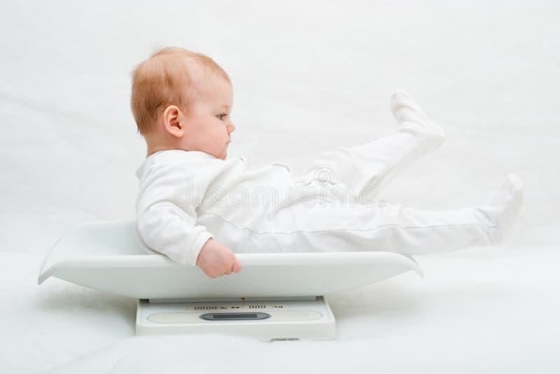 Baby op schalen royalty-vrije stock foto